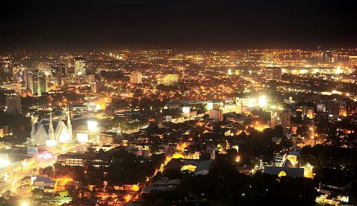 A nighttime view of Cebu City © Courtesy of Shutterstock