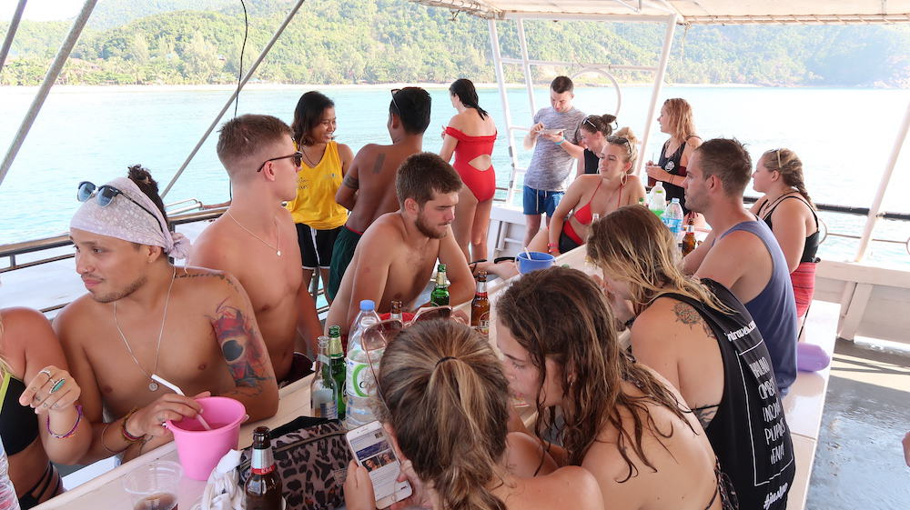 Guests at the beginning of the Koh Phangan snorkeling and boat cruise. © Mad Monkey Hostels
