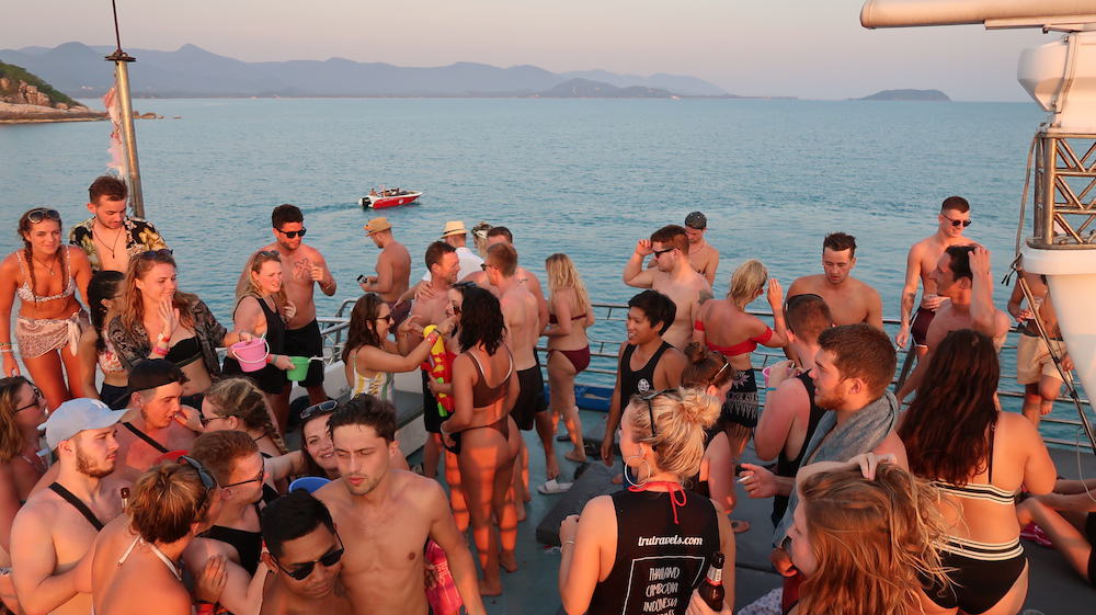 Guests atop the third floor of the Koh Phangan snorkeling and boat cruise. © Mad Monkey Hostels